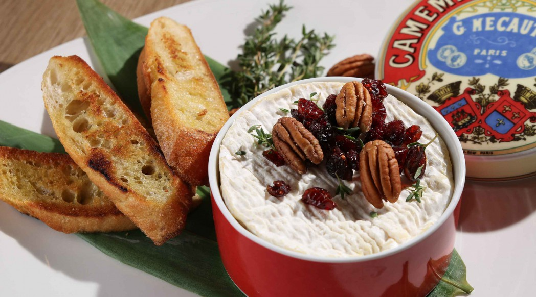 { @DiVino } Oven-baked 9oz Camembert on his box scented with fresh thyme garnished with pecan nuts, dried cranberries and crispy toast