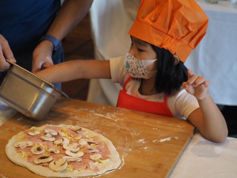 Kids Make Pizza at DiVino Patio Hong Kong Pizzeria and Restaurant 5